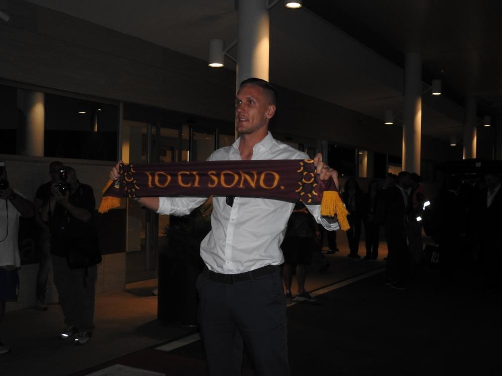 Olsen posa con la sciarpa della Roma