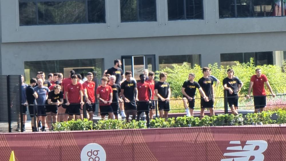 La Prima Squadra assiste al riscaldamento della Primavera, impegnata alle 12:00 contro il Sassuolo a Trigoria