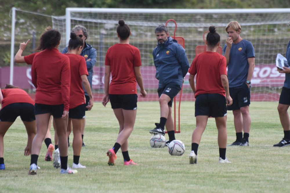 Alessandro Spugna dirige l'allenamento della Roma Femminile